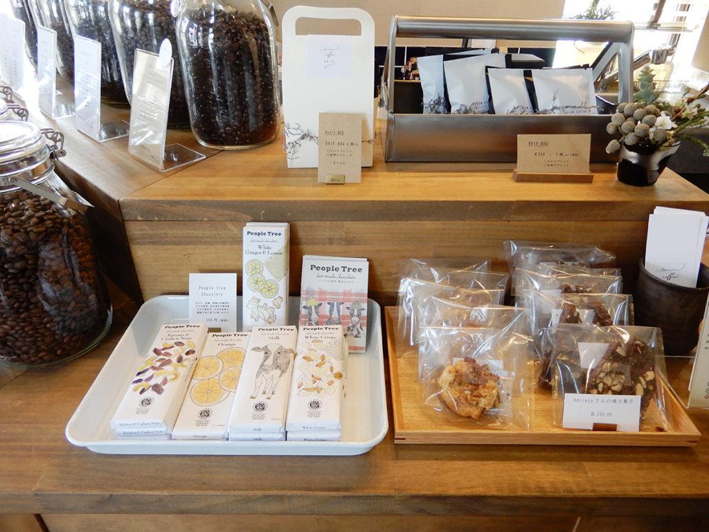 SEROW coffee 手詰めのドリップパック、焼き菓子やチョコレートも置いています