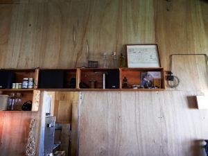 エジソン休憩所 合板の壁