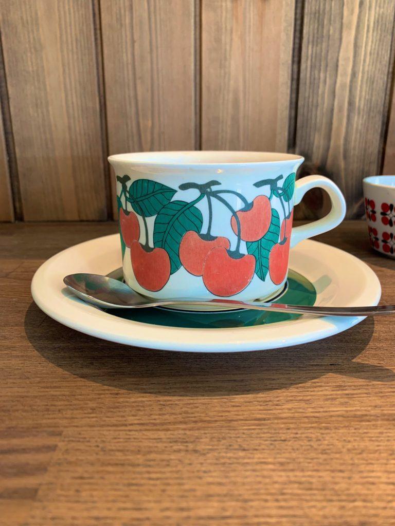 津市のおうちカフェfrukt(フルクト)さんのチャイは、アラビアのカップでいただけます。チェリー柄がかわいい